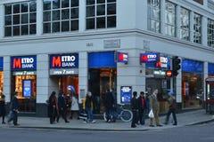 Rua principal Kensington Londres do banco do metro Imagens de Stock