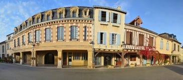 Rua principal na vila francesa Lupiac em Gasconha imagem de stock royalty free