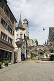 A rua que conduz subida a um castelo Foto de Stock
