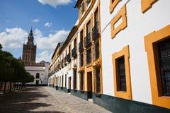 Rua quieta em Sevilha com a torre de sino da igreja Fotos de Stock