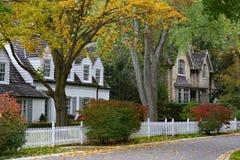 Rua residencial alinhada árvore foto de stock