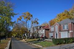 Rua residencial alinhada árvore fotografia de stock