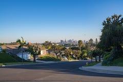 Rua residencial de Los Angeles com skyline do centro do LA Foto de Stock Royalty Free