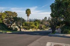 Rua residencial de Los Angeles com skyline do centro do LA Fotografia de Stock Royalty Free