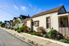 Rua residencial do bosque pacífico, área da baía de Monterey, Califórnia fotos de stock royalty free