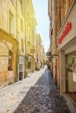 Rua romântica em Aix-en-Provence, ao sul de França com pedestr Imagens de Stock