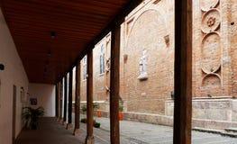 rua Santa Ana e escultura do relevo de St Anna, Cuenca, Equador imagens de stock