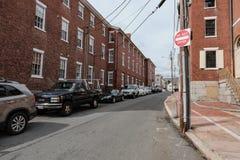 Rua secundária ocupada vista em uma cidade típica de Nova Inglaterra imagem de stock