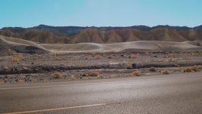 Rua solitária através do Vale da Morte em Califórnia video estoque