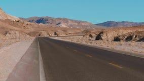 Rua solitária através do Vale da Morte em Califórnia filme