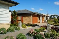Rua suburbana com as casas modernas novas Imagem de Stock Royalty Free