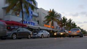 Rua sul 4k florida EUA do tráfego da movimentação do oceano da praia de Miami vídeos de arquivo