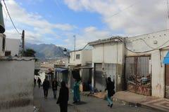 Rua Tetouan, cidade em Marrocos/Norte de África, construindo pelo por do sol Fotografia de Stock