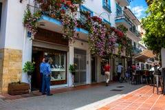 rua Um dia ensolarado na rua de Marbella foto de stock
