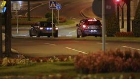 Rua urbana da noite da condução de carros, motorista designado ou serviços do táxi, conforto video estoque