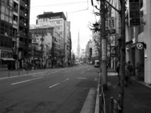 Rua vazia no branco do preto de Japão foto de stock