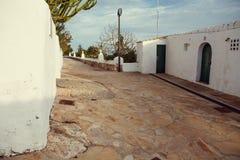 Rua velha com as paredes mediterrâneas brancas na ilha de Ibiza - imagem fotos de stock royalty free