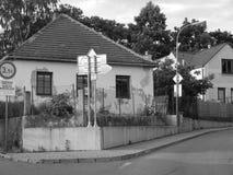 Rua velha com sinal Imagens de Stock Royalty Free