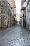 Rua velha da cidade atrás da parede da fortaleza Fotografia de Stock