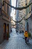 Rua velha da cidade medieval Bergamo, Itália, com decoração do Natal Imagem de Stock