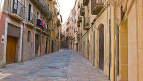 Rua velha da cidade na cidade de Tarragona, Costa Daurada Spain video estoque