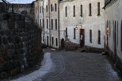 Rua velha da noite do inverno de Vyborg Imagem de Stock Royalty Free