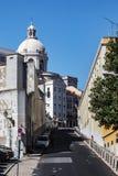 Rua velha de Lisboa com carros Fotografia de Stock