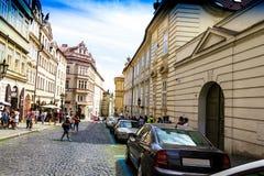 Rua velha de Praga em Mala Strana, Praga República checa Fotografia de Stock