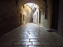Rua velha e estreita na separação, Croácia Foto de Stock