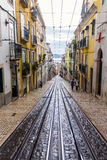 Rua velha em Lisboa, Portugal 30 de novembro de 2016 Foto de Stock Royalty Free