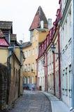 Rua velha medieval da cidade completamente de portas das janelas e de decorações da fachada Imagem de Stock