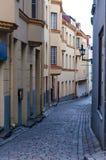 Rua velha medieval da cidade completamente de portas das janelas e de decorações da fachada Imagens de Stock Royalty Free