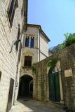Rua velha Montenegro da cidade de Kotor imagens de stock royalty free