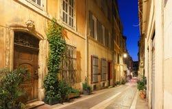 A rua velha no Panier de um quarto histórico de Marselha em França sul na noite fotos de stock royalty free