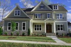 Rua-vista de uma casa suburbana foto de stock royalty free