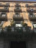 Ruas, balcões, casas arquitetónicas, Barcelona, Espanha foto de stock