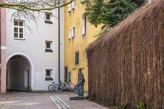 Ruas bonitas e coloridas um pátio na cidade velha fotografia de stock