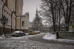 Ruas cobertos de neve de Tallinn Estónia fotografia de stock