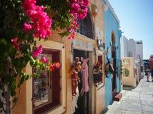 Ruas com a loja na ilha de Santorini fotos de stock