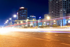 Ruas com trânsito intenso na noite Imagem de Stock Royalty Free