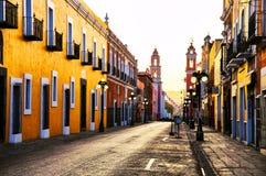 Ruas da manhã na cidade colonial Puebla, México imagens de stock