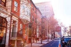 Ruas de Baltimore com as casas do tijolo vermelho, EUA foto de stock