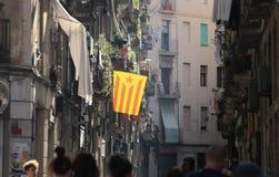 Ruas de Barcelona com a bandeira de catalonia da independência Imagem de Stock Royalty Free