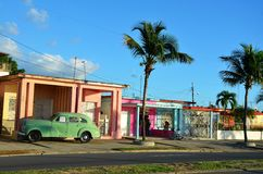 Ruas de Cienfuegos e de carros velhos, Cuba Imagens de Stock Royalty Free