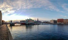 Ruas de Copenhaga do distrito, do canal e das pontes de Slotsholmen com o céu azul claro durante o tempo do por do sol fotos de stock
