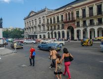 Ruas de Cuba da cidade de Havana, povos, carros foto de stock royalty free