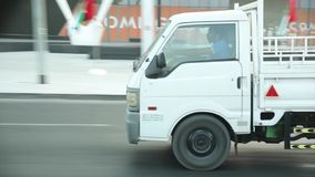 Ruas de Dubai e opinião do tráfego de um carro filme
