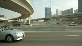 Ruas de Dubai e opini?o do tr?fego de um carro filme