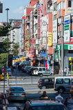 Ruas de Istambul com sinais, povos e carros do hotel Imagem de Stock Royalty Free