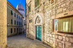 Ruas de mármore na cidade Sibenik, Croácia Fotos de Stock Royalty Free